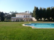 Set in the famous Quinta do Patino
